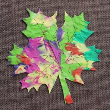 Make an autumn maple leaf with your kid