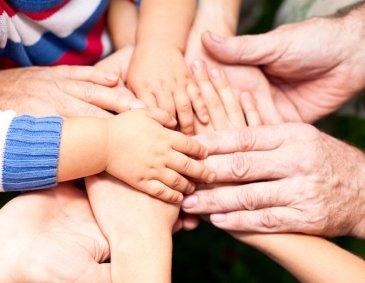 Придумайте тайное семейное рукопожатие