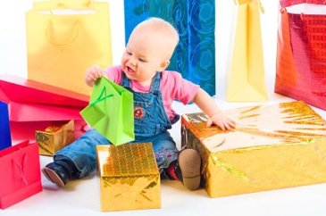 Поиграйте с малышом в игру «Достань игрушку»