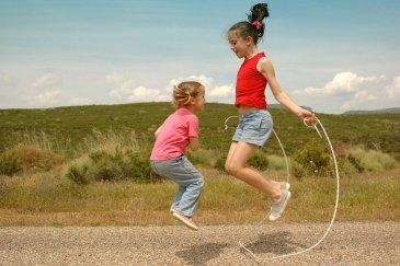 Научите ребенка прыгать на скакалке!