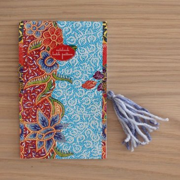 Make bookmarks out of paperclips and wool threads with your kids