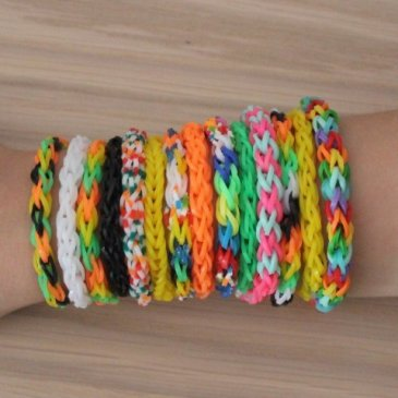 Weave with your kid bracelets of rubber bands