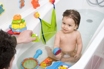 Play in the bath with a soup ladle