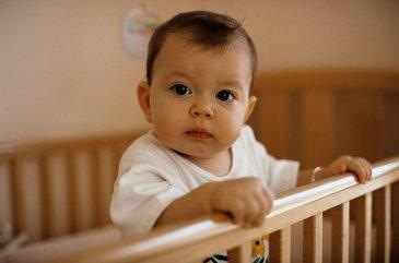 Помогите малышу научиться вставать