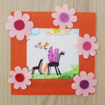 Make a photo frame out of felt with flowers