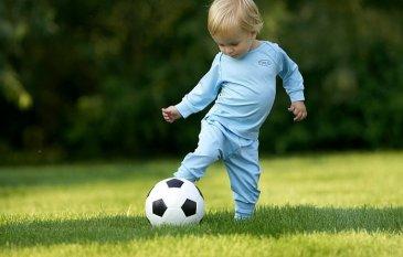 Первые игры с футбольным мячом