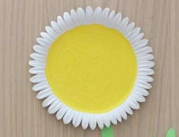 Make a camomile out of a disposable plate with your kid