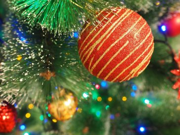 Наряжаем новогоднюю ёлку всей семьей
