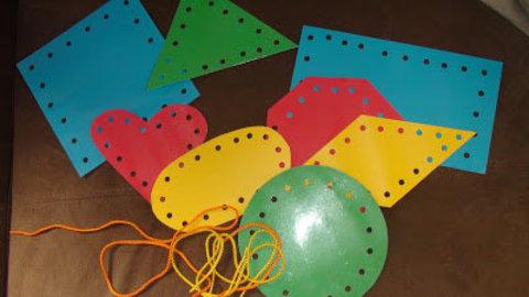 Игры с дыроколом и шнурками