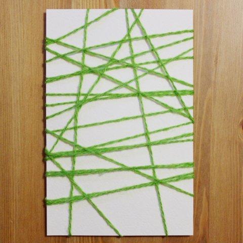 обмотать нитями лист бумаги для украшения открытки