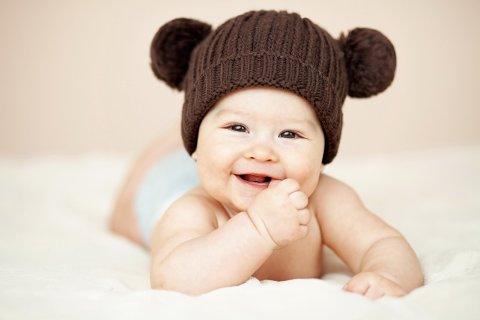 Поиграйте с малышом в игру «Снимаем шляпы»