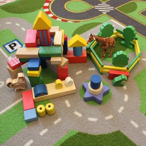 Картинка к занятию Предложите ребенку поиграть с деревянными кубиками в Wachanga