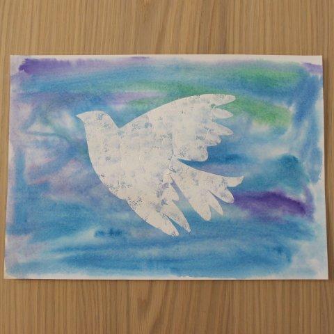 рисунок почти готов голубь в синем небе руками ребенка