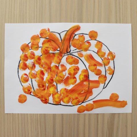 Нарисуйте вместе с ребенком тыкву с помощью штампа для Хэллоуина
