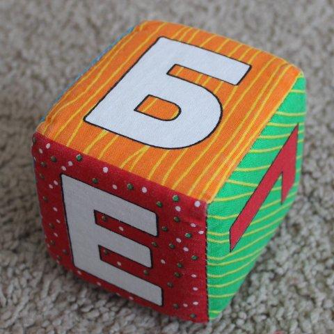 Предложите малышу поиграть с мягкими кубиками