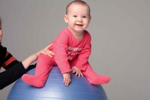 Комплекс упражнений для грудничков до 6 месяцев на фитболе