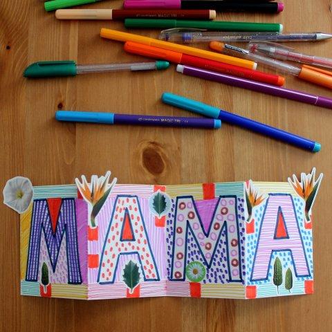 готовая поздравительная открытка для мамы лежит на столе