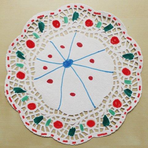 бумажная ажурная салфетка с разноцветными узорами