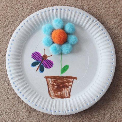 как вместе с ребенком сделать красивую поделку из картонной тарелки и декоративных помпонов