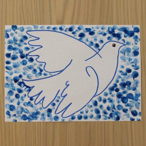 ребёнок рисует небо для голубя пальчиковыми красками поделка к 1 мая