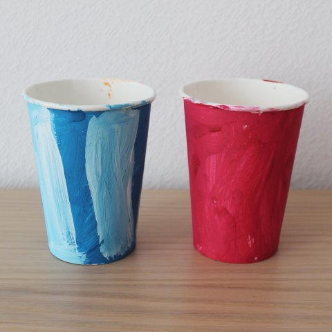раскрашенные гуашью одноразовые картонные стаканчики для поделок