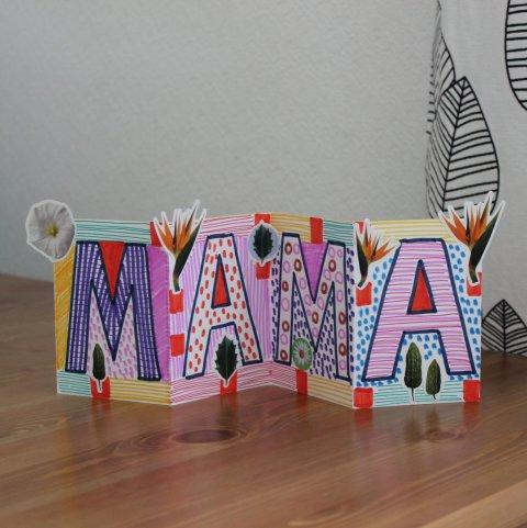 готовая нарисованная поздравительная открытка для мамы с цветами стоит на столе