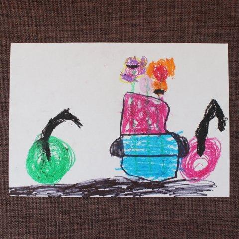 ребенок рисует предметы на столе творчество для развития