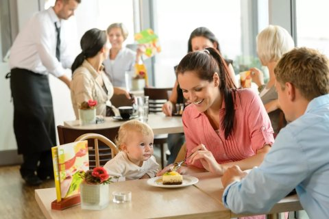 Сходите вместе с малышом в кафе или ресторан