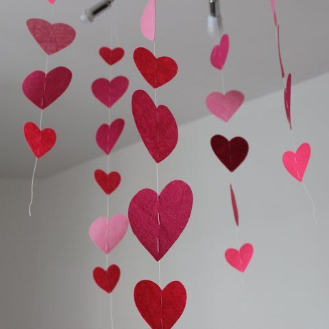Make a felt heart garland with your child for Valentine's Day!