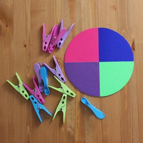 приготовьте для игры малыша прищепки оп цвету сегментов круга