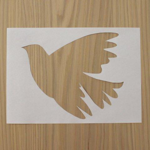 вырезать голубя в листе бумаги для трафарета