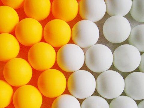 Игра с теннисными шариками и помпонами