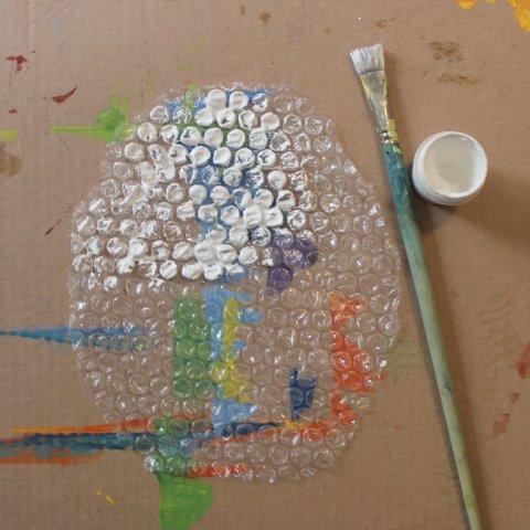 пузырьковая пленка и белая гуашь