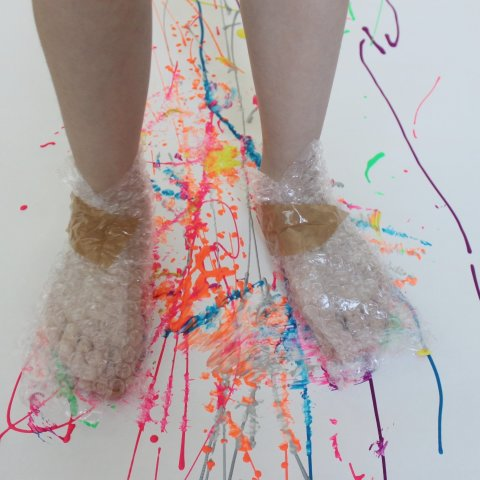 малыш размазывает краску ногами необычное детское творчество