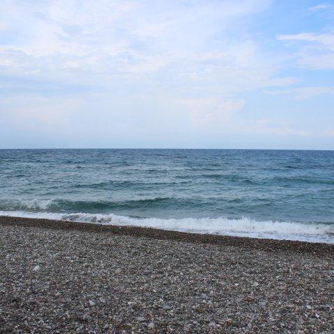 волны плещутся у берега на фотографии