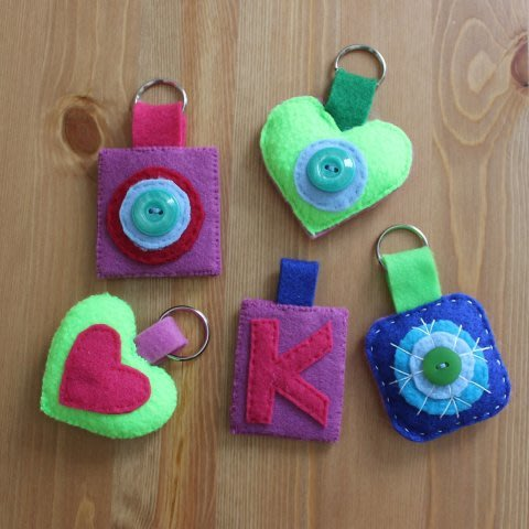 Sew key trinkets of felt with your daughter!
