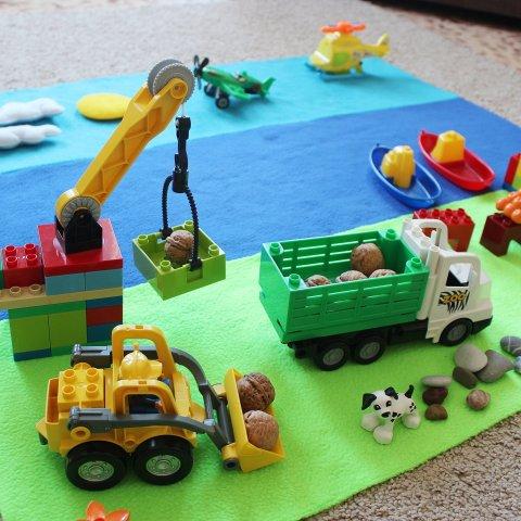 ребенок собирает конструктор развитие фантазии логики физическое развитие