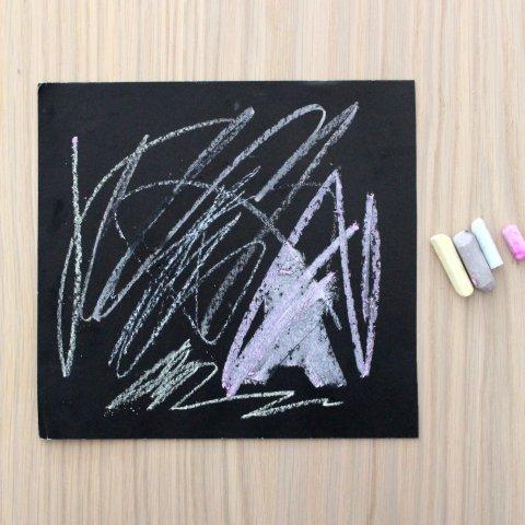 как рисовать мелом на черной бумаге