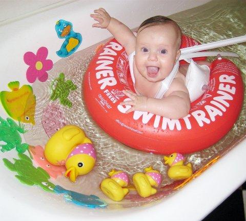 Поиграйте с надувным кругом в ванной