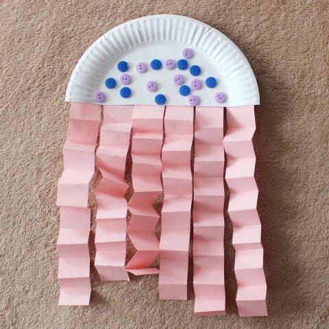 как сделать вместе с ребенком поделку медуза из одноразовой картонной тарелки и цветной бумаги
