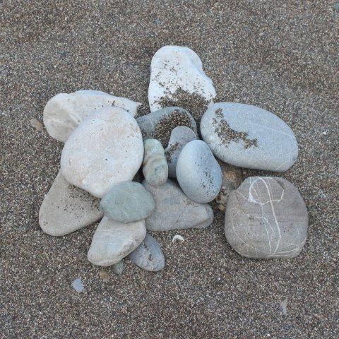 Поиграйте с камнями на пляже