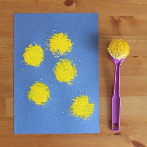 как нарисовать вместе с ребенком одуванчики с помощью гуаши и щетки для мытья посуды