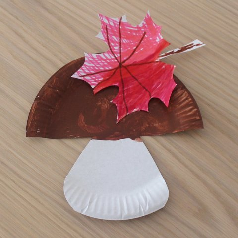 как сделать вместе с ребенком гриб из картонной тарелки и осенний кленовый листочек