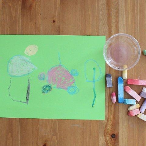 Порисуйте вместе с ребенком мелом на цветной бумаге