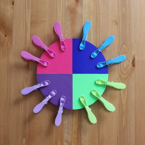 поделка для игр малыша разноцветный круг с прищепками