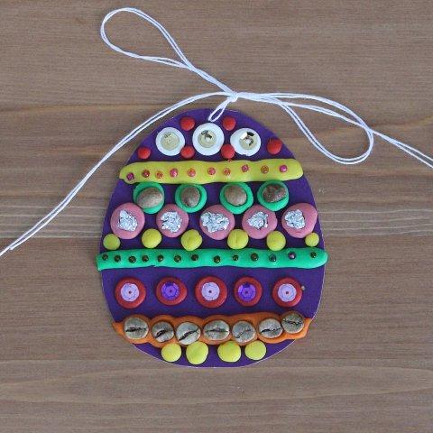 пасхальное яйцо из картона и пластилина своими руками украшенное бисером блёстками фольгой
