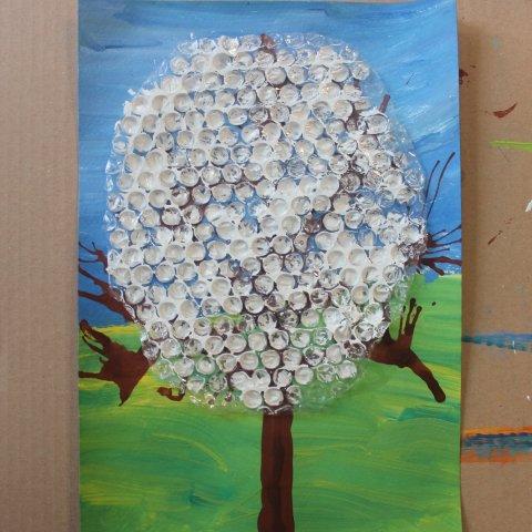 как нарисовать цветы на дереве с помощью пузырьковой пленки
