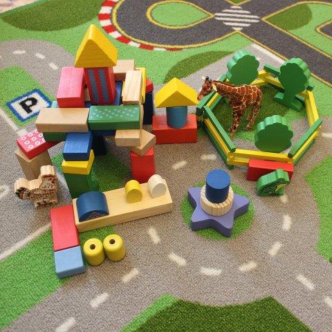 Предложите ребенку поиграть с деревянными кубиками