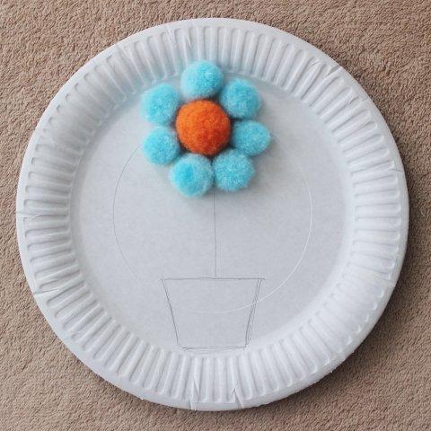 цветочек из декоративных помпонов