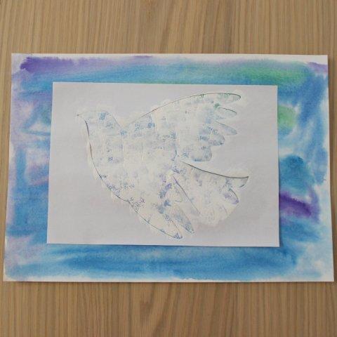закрасить голубя через трафарет на синем фоне рисунок к 1 мая
